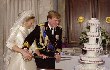 The King and the Queen are cutting the wedding cake